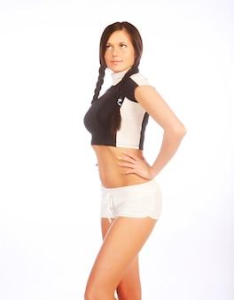 Молодая счастливая женщина занимается фитнесом
