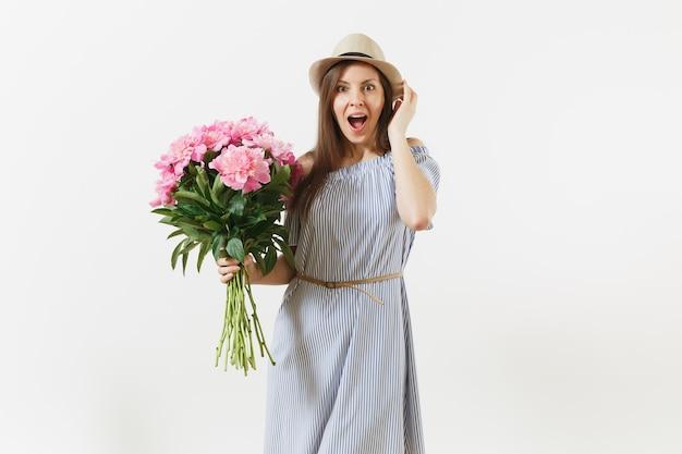 파란 드레스를 입은 젊은 행복한 여성, 흰색 배경에 격리된 아름다운 분홍색 모란 꽃 꽃다발을 들고 있는 모자. 성 발렌타인 데이, 국제 여성의 날 휴일 개념. 광고 영역입니다.