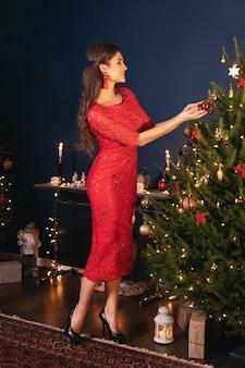 Молодая счастливая женщина в уютной комнате с рождественские украшения