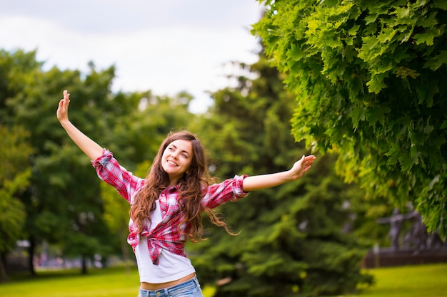 公園で若い幸せな女