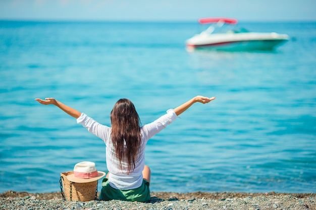 ビーチで若い幸せな女性。