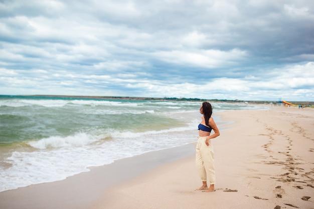 ビーチで若い幸せな女性