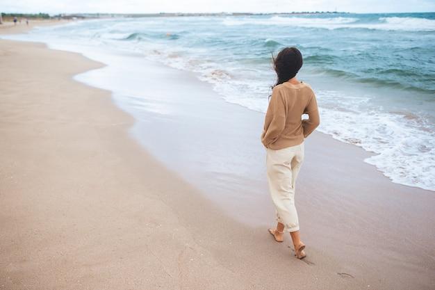 해변에서 젊은 행복 한 여자