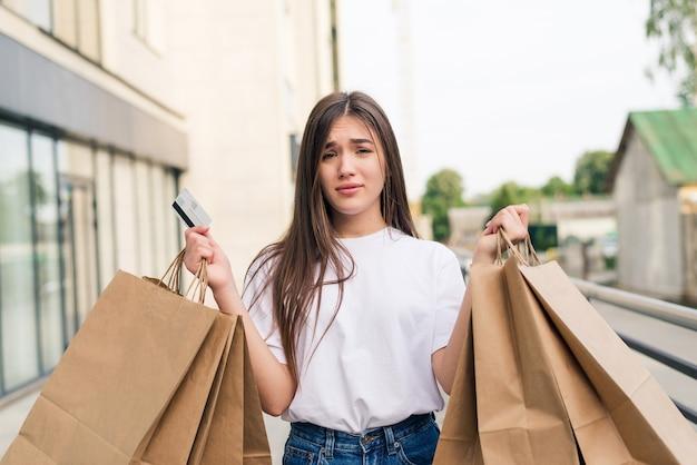 거리에 야외에서 쇼핑 가방과 함께 산책 젊은 행복 한 여자