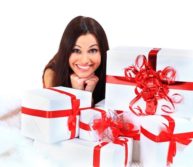 크리스마스 선물을 가진 젊은 행복 한 여자