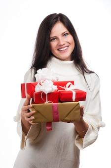 Молодая счастливая женщина с подарком