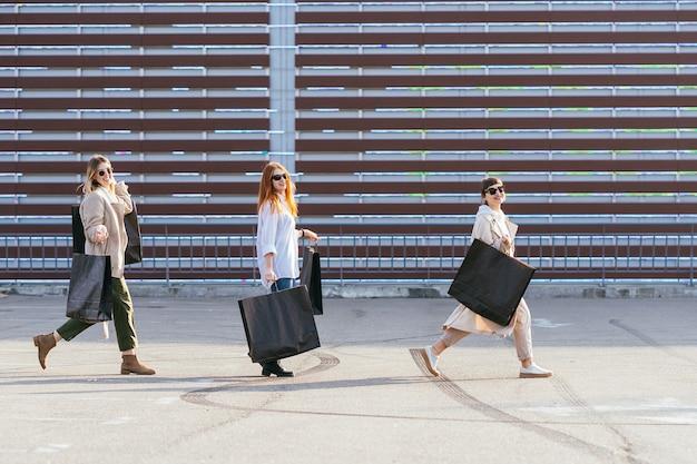 거리에 걷는 쇼핑 가방과 함께 젊은 행복 한 여자.