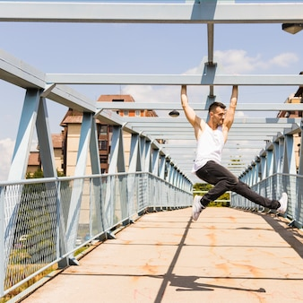 若い、健康な男、橋、吊るす