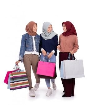 ショッピングの後に立っている若いヒジャーブ女性