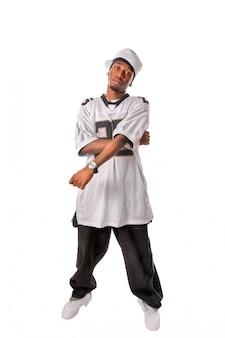 Молодой танцор хип-хоп, стоящий на белом