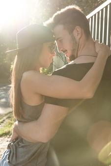都市環境での若いヒップホップカップル