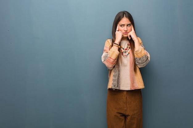 Молодая хиппи женщина делает жест концентрации