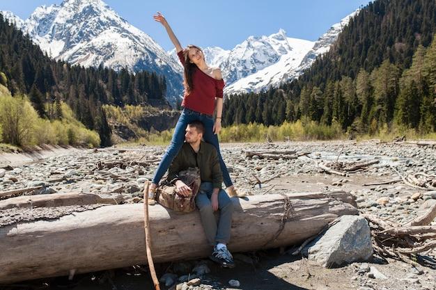 Coppia bella giovane hipster escursioni al fiume nella foresta