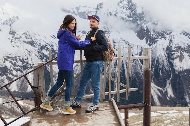 山を歩いて恋に流行に敏感な若い美しいカップル