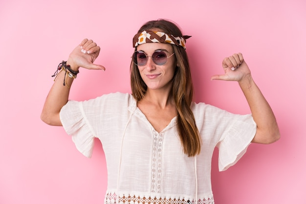 고립 된 젊은 힙 스터 백인 여자는 자부심과 자신감을 느낍니다.