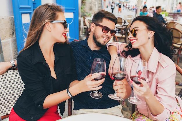 Azienda giovane hipster di amici seduti al caffè