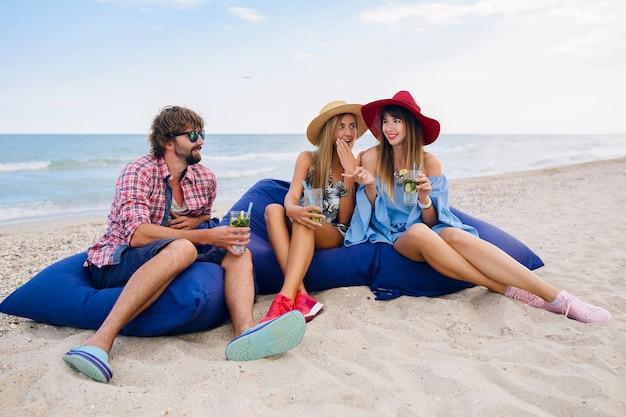 Giovane compagnia hipster di amici in vacanza