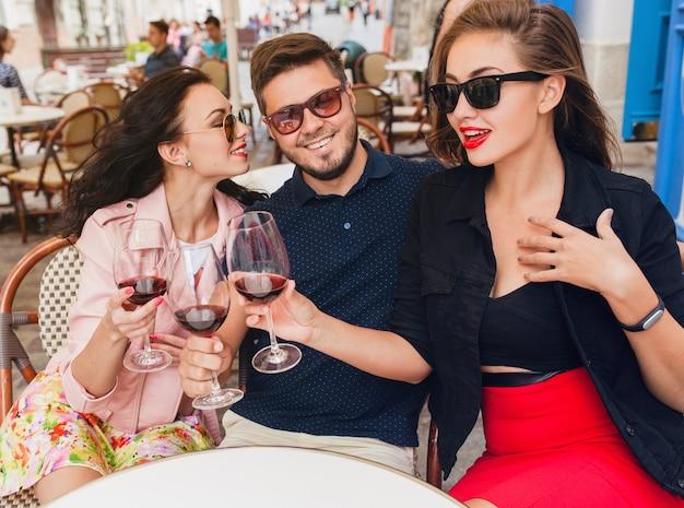 シティストリートカフェに座っている友人の若い流行に敏感な会社