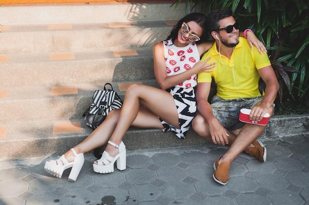 恋に若い流行に敏感なカップル、スピーカーで音楽を聴いて、幸せな笑顔、楽しんで、夏の服装、熱帯の休暇、サングラス