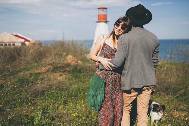 田舎でポーズをとって流行に敏感な若いカップル