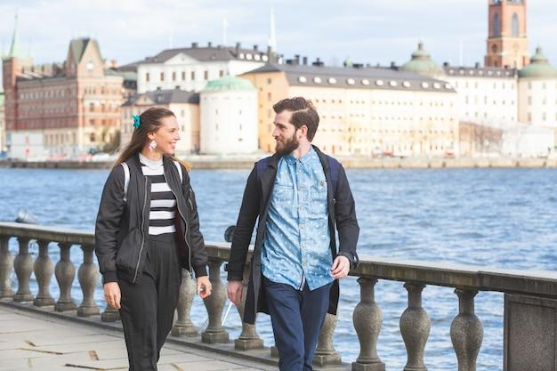 流行に敏感な若いカップル、ストックホルムを訪問