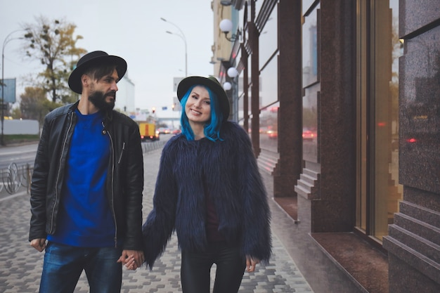 Пара молодых хипстеров, идущих по улице города