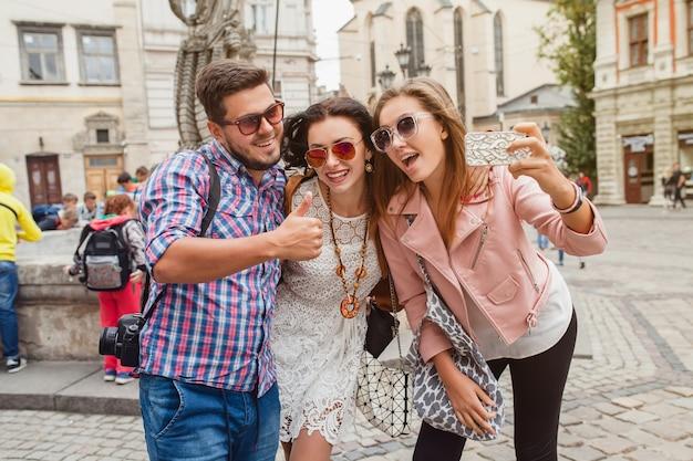 Молодые друзья-хипстеры делают фотографии