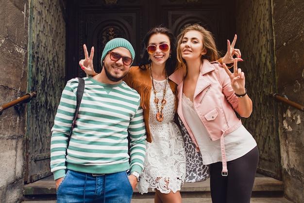 旅行中の若い流行に敏感な友達