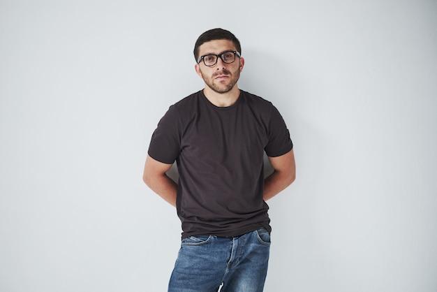 Молодой парень битник в очках, счастливо смеяться изолирован на белом