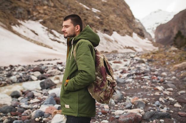 流行に敏感な若い男、川、野生の自然、冬の休暇でハイキング