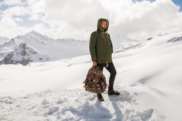 山でハイキング、流行に敏感な若い男、冬の休暇旅行