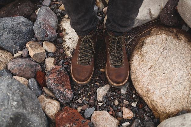 流行に敏感な若い男性、冬の休暇、野生の自然の中でのハイキング