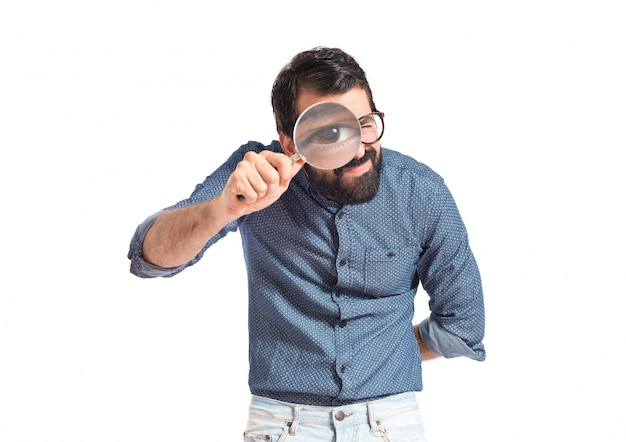 拡大鏡を持つ若いhipster男