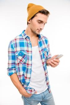 ポケットに手をつないで携帯電話を持つ若いヒップスター
