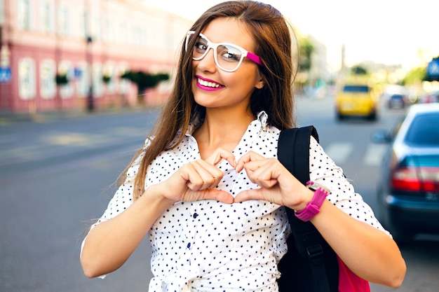 Donna giovane hipster impazzendo e divertendosi nel centro della città dell'europa