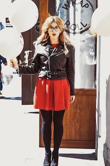 Битник молодая женщина с воздушным шаром в городе, весеннее время
