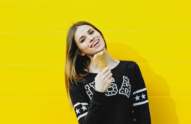 アイスクリームと流行に敏感な若い女性