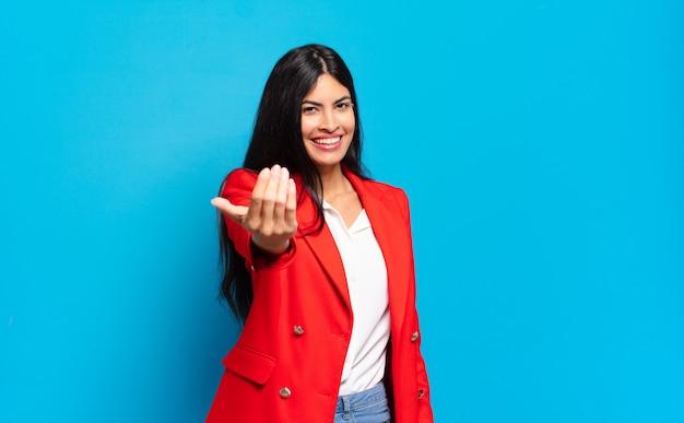 Молодая латиноамериканская бизнесвумен чувствует себя счастливой, успешной и уверенной в себе, сталкивается с проблемой и говорит: давай, давай! или приветствуя вас