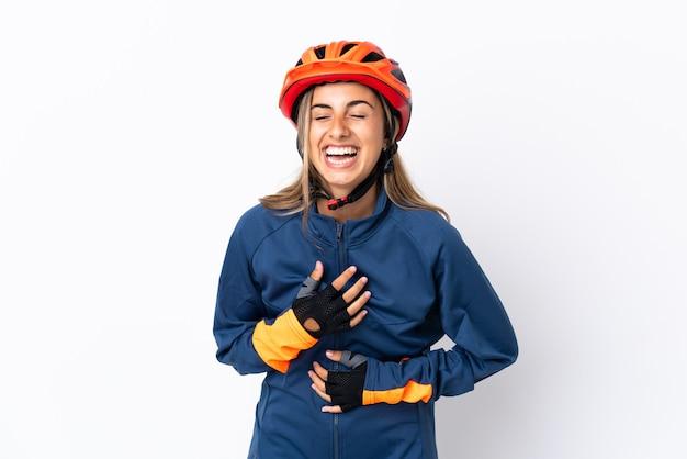 Молодая латиноамериканская велосипедистка изолирована на белой стене, много улыбаясь