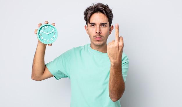 Молодой латиноамериканец чувствует себя злым, раздраженным, мятежным и агрессивным. концепция будильника