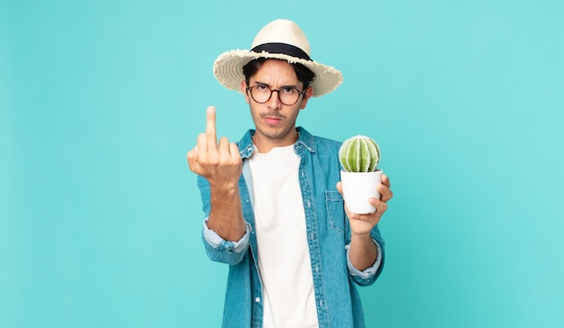 怒り、イライラ、反抗的、攻撃的で、サボテンを持っている若いヒスパニック系男性