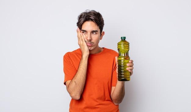 Молодой латиноамериканец чувствует скуку, разочарование и сонливость после утомительного. концепция оливкового масла