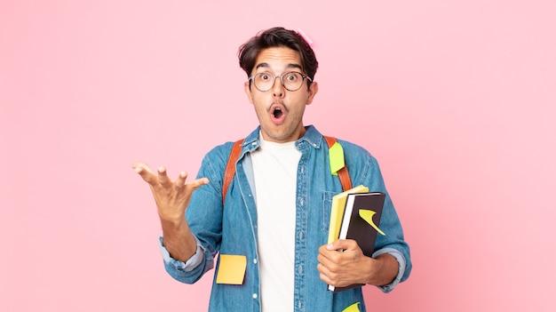 Молодой латиноамериканец чувствует себя чрезвычайно шокированным и удивленным. студенческая концепция