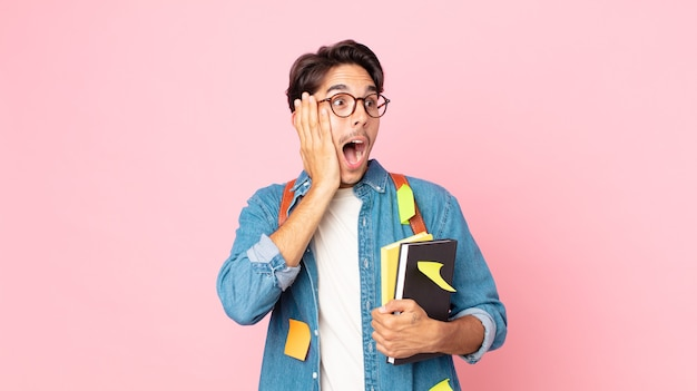 Молодой латиноамериканец чувствует себя счастливым, взволнованным и удивленным. студенческая концепция
