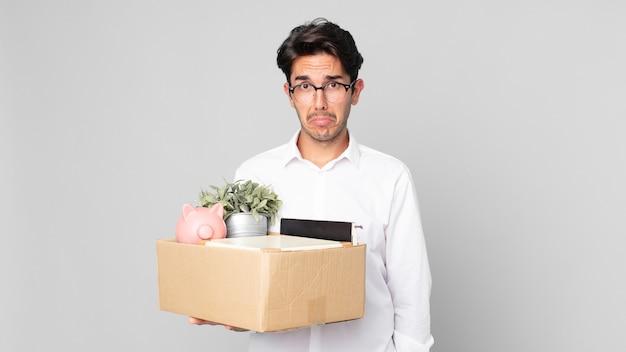 不幸な表情と泣き悲しみと泣き言を感じている若いヒスパニック系の男性。解雇の概念
