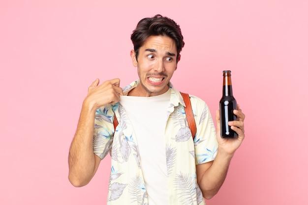 ストレス、不安、倦怠感、欲求不満を感じ、ビール瓶を持っている若いヒスパニック系男性