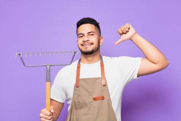 若いヒスパニック系男性の幸せな表現。農夫または庭師の概念