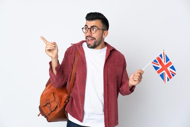 指を持ち上げながら解決策を実現しようとしているイギリスの旗を持っている若いヒスパニック系男性