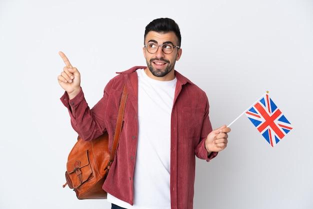素晴らしいアイデアを指しているイギリスの旗を保持している若いヒスパニック系男性