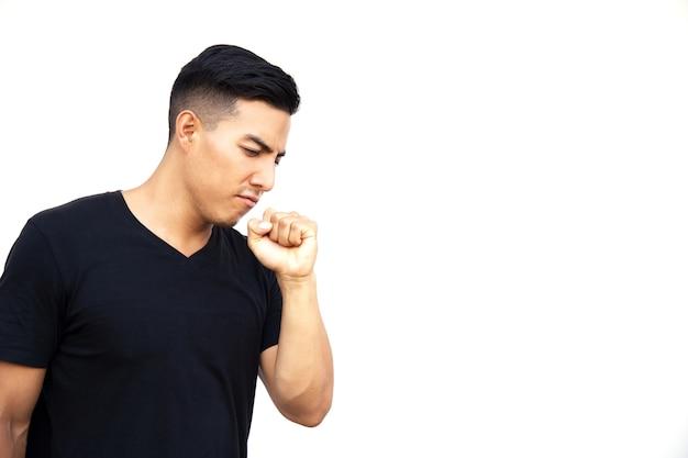 검은 티셔츠를 입은 히스패닉 청년이 손에 기침을 하고 있다